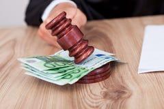 Mannelijke Rechter die de Hamer op Euro Nota slaat Stock Fotografie