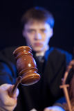 Mannelijke Rechter in een Rechtszaal royalty-vrije stock fotografie