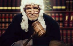 Mannelijke Rechter In een Rechtszaal die de Hamer slaan royalty-vrije stock foto's