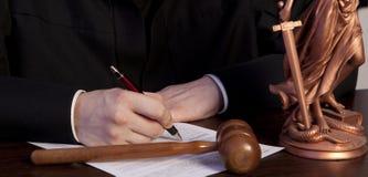 Mannelijke Rechter In een Rechtszaal die de Hamer slaan royalty-vrije stock foto