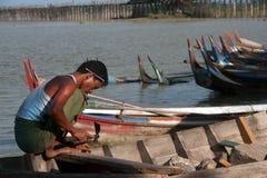 Mannelijke reparatie traditionele boot Royalty-vrije Stock Foto's