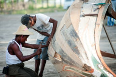 Mannelijke reparatie traditionele boot Stock Foto