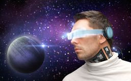 Mannelijke robot in 3d glazen en sensoren over ruimte Royalty-vrije Stock Fotografie