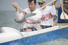Mannelijke Roeier met Team Paddling Outrigger Canoe royalty-vrije stock foto's