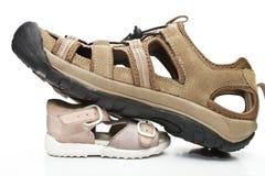 Mannelijke schoenen die op kleine degenen stappen Royalty-vrije Stock Foto