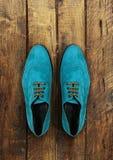 Mannelijke schoenen op bruine houten Royalty-vrije Stock Foto's