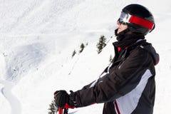 Mannelijke skiër die bergen bekijken Royalty-vrije Stock Afbeelding