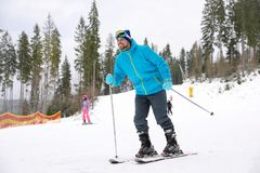 Mannelijke skiër op helling bij toevlucht stock fotografie