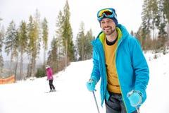 Mannelijke skiër op helling bij toevlucht, ruimte voor tekst stock foto