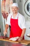 Mannelijke Slager With Red Meat bij Slachterij stock fotografie