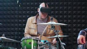 Mannelijke slagwerker het spelen trommels in virtuele werkelijkheidshelm stock video