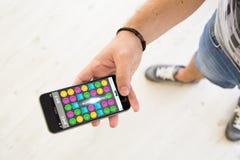 mannelijke smartphone van het handenspel Stock Foto