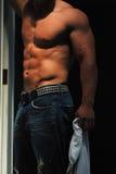Mannelijke spier in jeans Royalty-vrije Stock Foto's