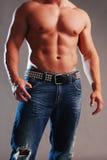 Mannelijke spier in jeans Royalty-vrije Stock Foto