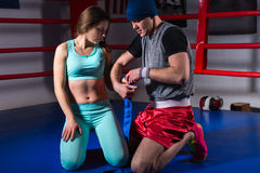 Mannelijke sportieve bokser die verbanden voor jong wijfje voorbereiden royalty-vrije stock foto