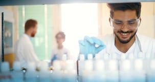 Mannelijke student die chemie in laboratorium werken stock foto's