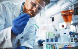 Mannelijke student die chemie in laboratorium werken royalty-vrije stock foto