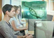 Mannelijke Student die met computer en de bekleding van de de interfacegrafiek van het wetenschapsonderwijs bestuderen stock afbeelding