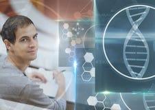 Mannelijke Student die met nota's en de bekleding van de de interfacegrafiek van het wetenschapsonderwijs bestuderen Stock Foto's