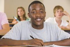 Mannelijke student in een universitaire lezingszaal Stock Foto's