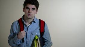 Mannelijke Student Walks Towards Camera en Glimlachen stock video