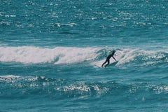 Mannelijke surfer in de oceaan, de zomer achtergrondconcept royalty-vrije stock afbeeldingen