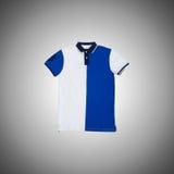 Mannelijke t-shirt tegen de gradiëntachtergrond Stock Foto