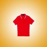 Mannelijke t-shirt tegen de gradiëntachtergrond Stock Afbeeldingen
