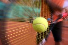 Mannelijke tennisspeler in actie Stock Foto