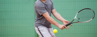 Mannelijke tennisspeler in actie betreffende het hof royalty-vrije stock foto