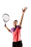 Mannelijke tennisspeler met racket klaar om een tennisbal te raken stock fotografie