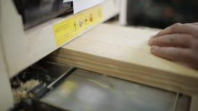 Mannelijke timmerman die met schavende machine in workshop werken stock video