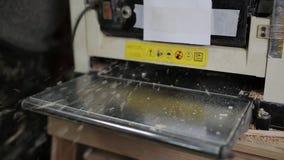 Mannelijke timmerman die met schavende machine in workshop werken stock videobeelden