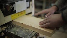 Mannelijke timmerman die met schavende machine in workshop werken stock footage