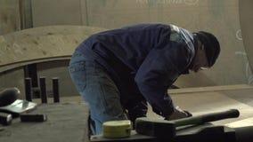 Mannelijke Timmerman Is Working On Zijn Nieuwe Producten in de Workshop die Hulpmiddelen met behulp van stock video