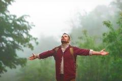 Mannelijke toerist bovenop berg in mist in de herfst royalty-vrije stock foto