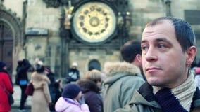 Mannelijke toerist op overvol Oud stadsvierkant in Praag dichtbij lokaal oriëntatiepunt - Astronomische klok 4K geschotene, vage  stock videobeelden