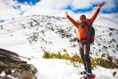 Mannelijke toerist in sneeuwsneeuwschoenen Stock Foto