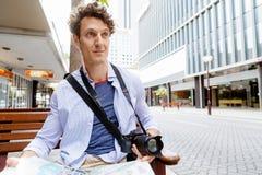 Mannelijke toerist in stad royalty-vrije stock fotografie