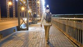 Mannelijke toeristen in de stad bij nacht De Bruggen van St. Petersburg stock footage