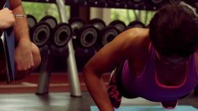 Mannelijke trainer bijwonende vrouw met duw UPS stock videobeelden