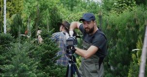 Mannelijke tuinman die op camera spreken stock footage
