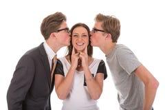 Mannelijke tweelingen die een mooie vrouw kussen Stock Afbeeldingen