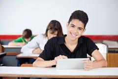 Mannelijke Universitaire Student Using Digital Tablet bij Royalty-vrije Stock Fotografie