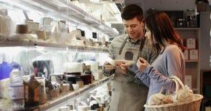 Mannelijke Verkoopmedewerker die Advies geven aan Vrouwelijke Klant stock footage