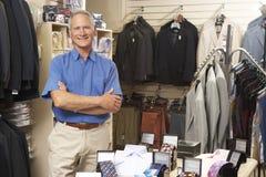 Mannelijke verkoopmedewerker in kledingsopslag