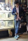 Mannelijke verkoper bij de Grote Bazaar in Istanboel, Turkije royalty-vrije stock afbeeldingen