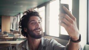 Mannelijke Video die binnen Koffie roepen stock video