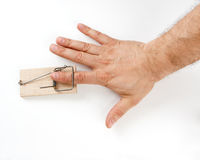 Mannelijke vinger die door muisval wordt gevangen Stock Afbeelding