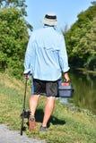 Mannelijke Visser Walking With Rod And Reel Outdoors stock afbeelding